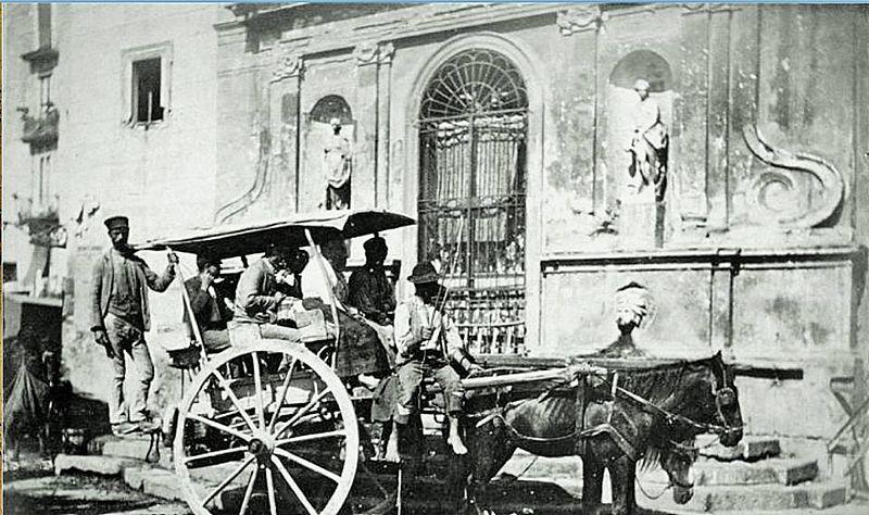 Napoli,_Piazza_Mercato,_Fontana_Maggiore